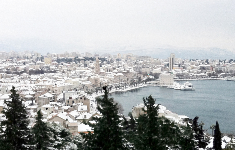 Extra_large_snow_in_split_-_cloudy