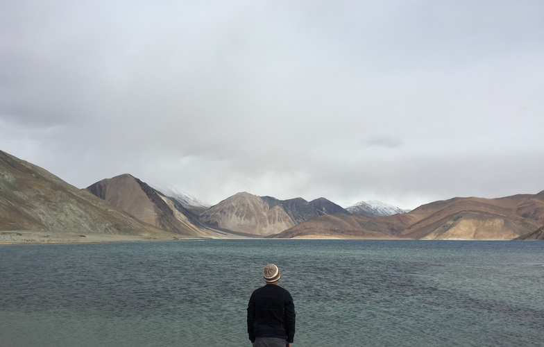 Extra_large_canva_-_man_traveler_standing_alone_on_cliff_lake_and_foggy_mountains_on