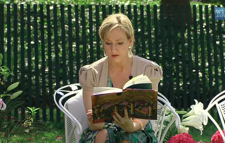 Extra_large_j._k._rowling_at_the_white_house_2010-04-05_9