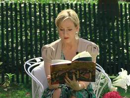 Small_j._k._rowling_at_the_white_house_2010-04-05_9