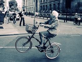 Small_starica_na_biciklu