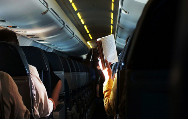 Extra_large_citanje_u_avionu