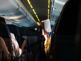 Small_citanje_u_avionu