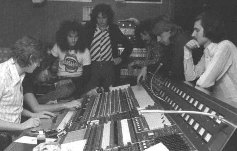 Extra_large_veljko_despot_na_snimanju_s_bijelim_dugmetom__air_studios__london__1975.