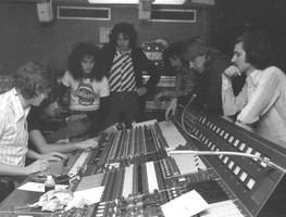 Small_veljko_despot_na_snimanju_s_bijelim_dugmetom__air_studios__london__1975.