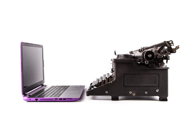 Extra_large_typewriter-and-laptop