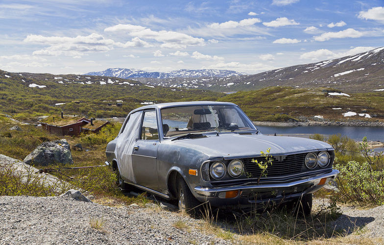 Extra_large_car_wreck_in_the_highlands_of_sunndal__2013_june