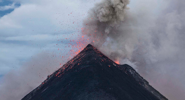 Wide_canva_-_eruption_of_volcano_during_dawn